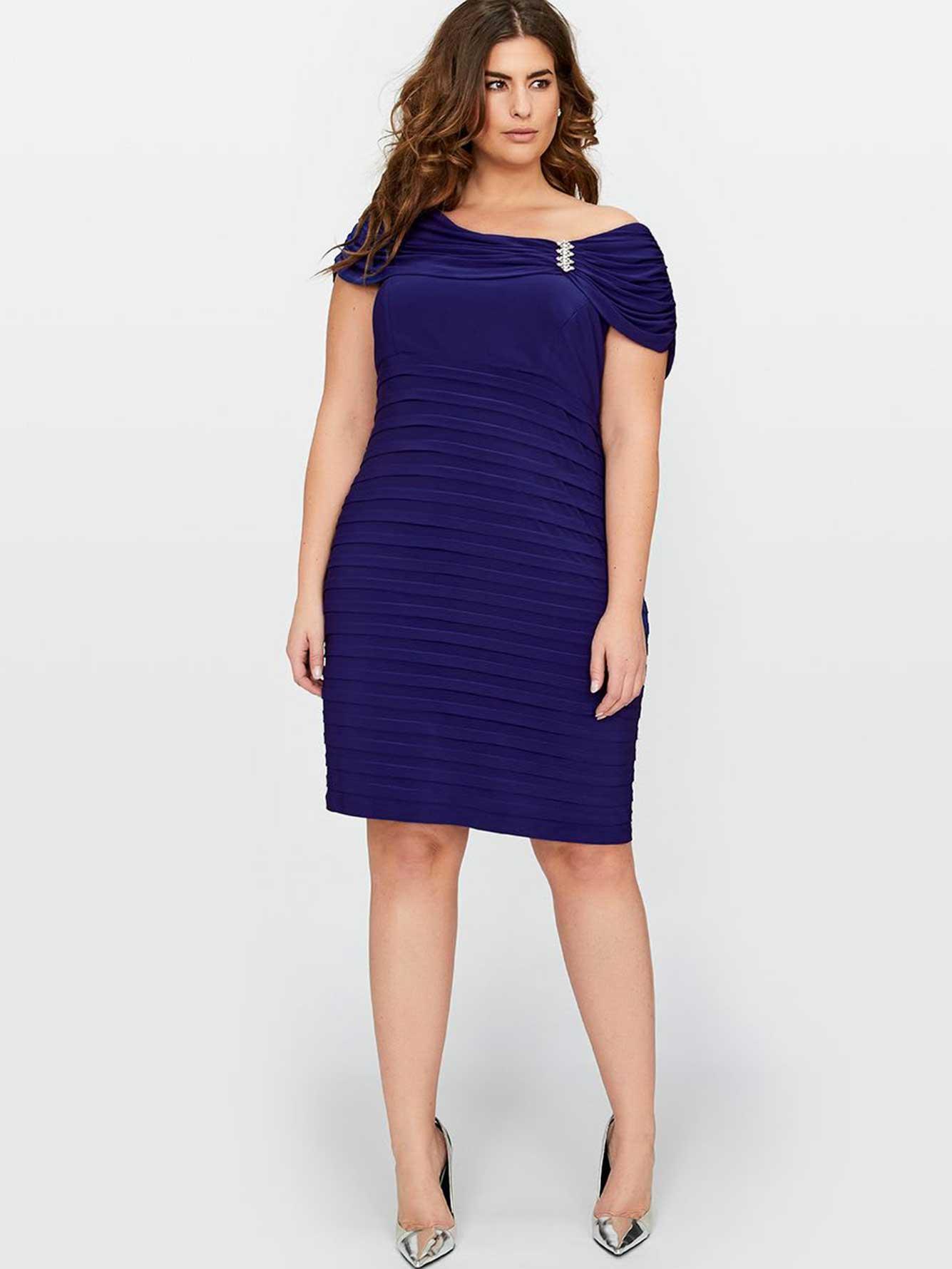 Short Shutter Pleat Dress With Broach | Addition Elle