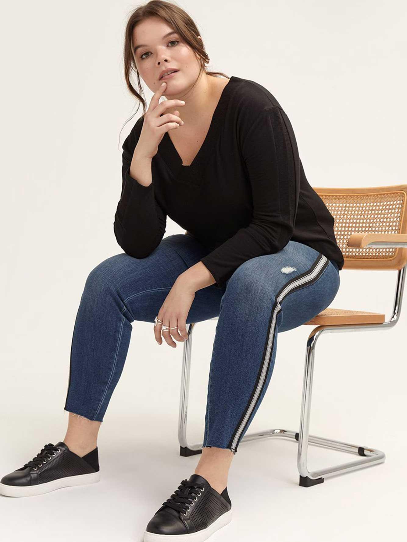 jean skinny avec bande sur le c t l l addition elle. Black Bedroom Furniture Sets. Home Design Ideas